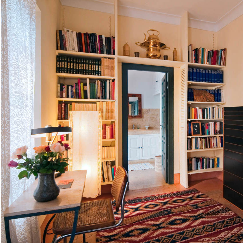     The small library in the bedroom