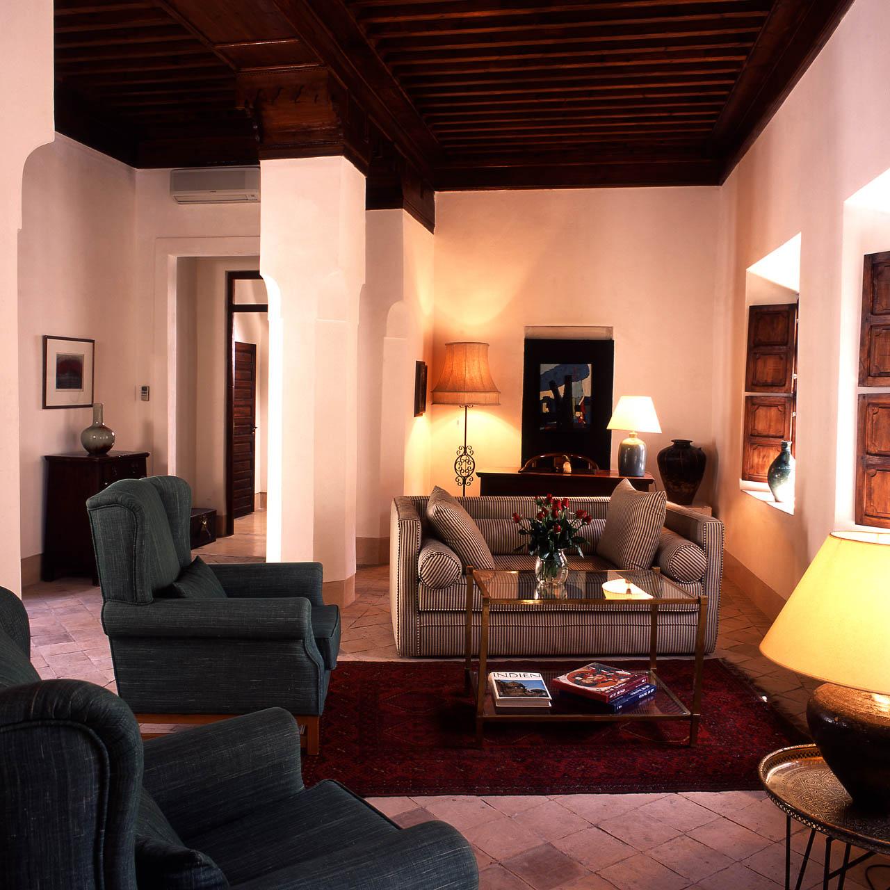Palmen Suite - Salon mit Kamin und Bibliothek